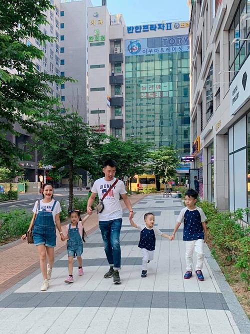 Gia đình Ốc Thanh Vân - Trí Rùa tung tăng trên đường phố Hàn Quốc. Vẫn luôn thích Hàn Quốc dù đến bao nhiêu lần: văn minh, thân thiện, sạch sẽ, vui vừa đủ và tĩnh cũng vừa đủ, nữ MC chia sẻ.
