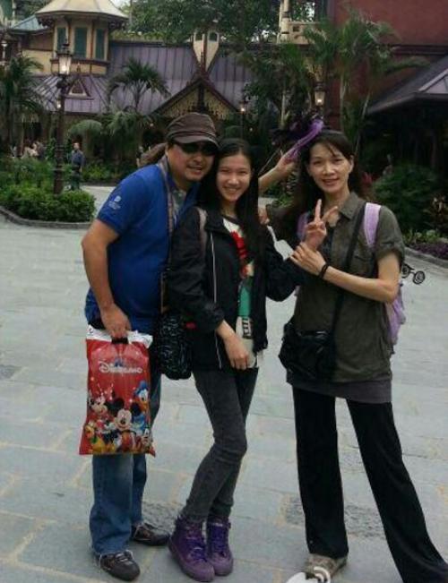 Cổ Minh Hoa cùng vợ và con gái.