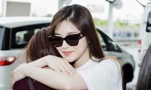 Hương Tràm tạm biệt bố mẹ và fan ở sân bay
