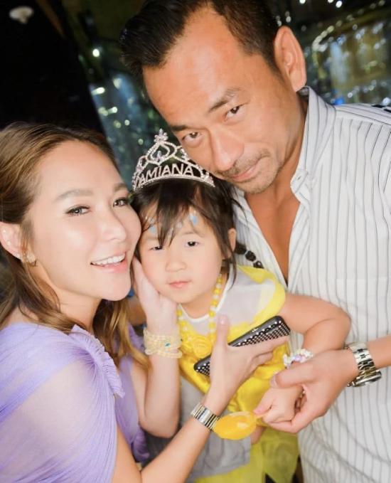 Ngày 25/5 là sinh nhật con gái tỷ phú sòng bài Damiana và doanh nhân Alvin Chau, cặp đôi tổ chức cho bé một bữa tiệc linh đình với sự hiện diện của gia đình hai bên. Alvin và bà xã Trần Tuệ Linh hiện tại đã quay về hạnh phúc bên nhau, sau một thời gian dài căng thẳng vì kẻ thứ ba Mandy Lieu.