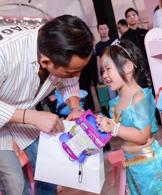 Một nguồn tin cho hay Tuệ Linh quyết định lùi bước để con có bố, tài sản gia đình không bị phân chia.