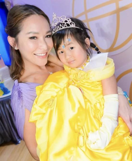 Tuệ Linh tươi vui trong ngày sinh nhật con gái.