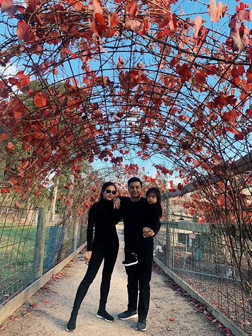Gia đình Vân Trang diện cả cây đồ đên đồng điệu khi du lịch ở Australia.