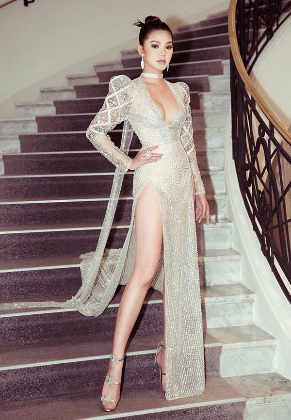 Đi nhận giải Blogger thế giới thuộc khuôn khổ Liên hoan phim Cannes, Hoa hậu Jolie Nguyễn khoe vòng một gợi cảm và vóc dáng mảnh mai trong thiết kế sexy do Huy Trần thực hiện.