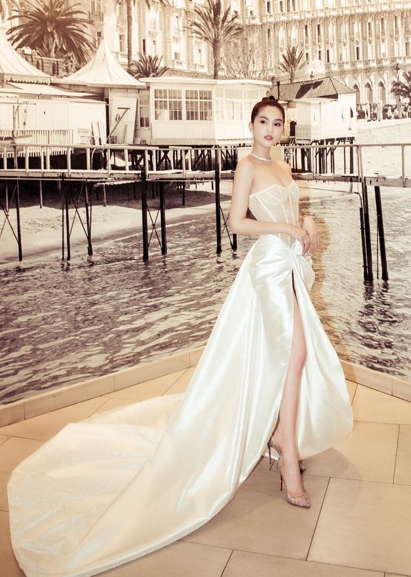 Sau khi bị chỉ trích vì khoe thân trên thảm đỏ Cannes, Ngọc Trinh tiếp tục diện đầm xuyên thấu phần thân trên để dự đêm tiệc Vietnam Night, nhưng tác phẩm của Lê Thanh Hòa được nhận xét táo bạo vừa phải, không gây phản cảm.