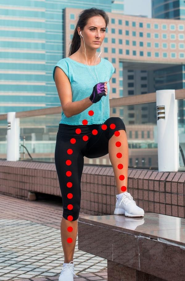 Nâng cao gối, bước lên bục Động tác này thường được nữ diễn viên Sofia Vergara chọn để tập luyện mỗi khi đi công tác, không có thời gian tới phòng gym hay chạy bộ. Đứng trước một chiếc bục thấp, độ cao đến đầu gối là thích hợp. Rút gối bước lần lượt từng chân lên bục rồi bước rồi, thực hiện mỗi chân 20 lần.