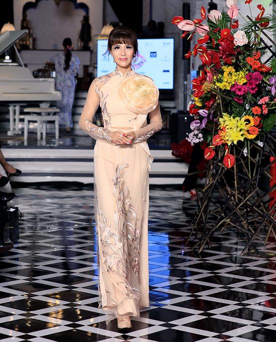 Nhà mốt Việt đưa các họa tiết hoa và trang phục áo dài truyền thống, để áo dài duyên dáng, mà vẫn gây ấn tượng mạnh.