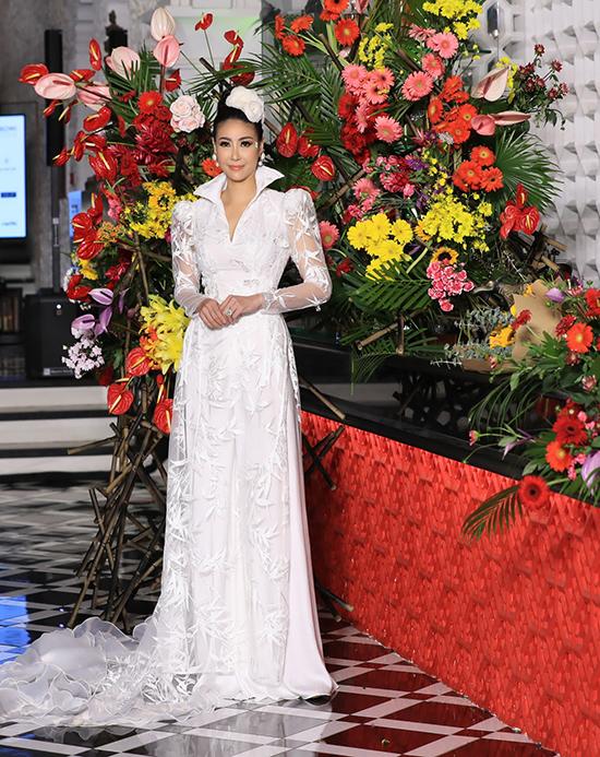 Áo dài vai bồng, cổ áo biến tấu độc đáo và thiết kế trên chất liệu vải lưới trắng được dành riêng cho Hà Kiều Anh.