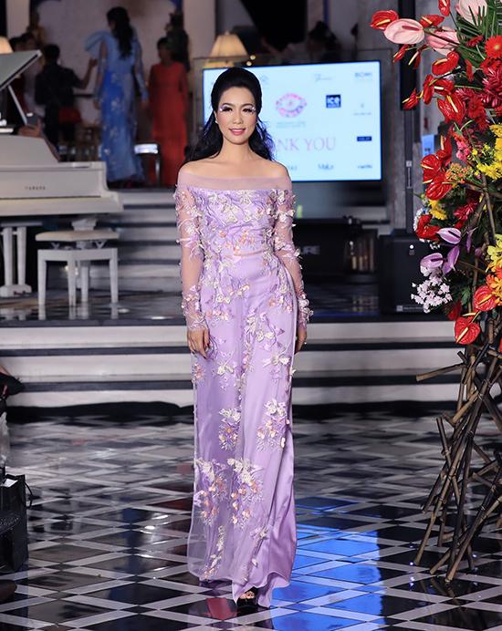 Á hậu Trịnh Kim Chi gợi cảm với thiết kế áo dài lấy cảm hứng từ các mẫu váy trễ vai cho phái đẹp tham gia dạ tiệc.