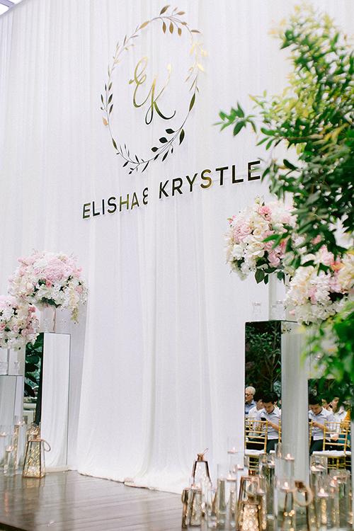 Sau thời gian dài tìm hiểu, cô dâu chú rể đã tổ chức lễ cưới ở nhà thờ vào buổi sáng và tiệc cưới vào buổi tối. Đó là thử thách lớn với chúng tôi. Cả hai đã phải bàn bạc rất lâu với wedding planner và các nhà cung cấp để lên kế hoạch trang trí, quyết định loại hoa..., uyên ương bộc bạch. Cặp Malaysia chọn bảng màu đám cưới là hồng phấn, vàng đồng, trắng và bạc theo ý thích của tân nương.