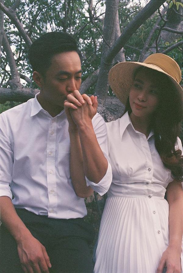 Quốc Cường và Thu Trang đã có gần 2 năm tìm hiểu trước khi tổ chức đám cưới. Tình yêu của họ được hai bên gia đình ủng hộ. Trong lễ đính hôn của đôi uyên ương, doanh nhân Như Loan - mẹ của Cường Đô La - còn khóc vì xúc động khi trao quà cưới cho con dâu tương lai.