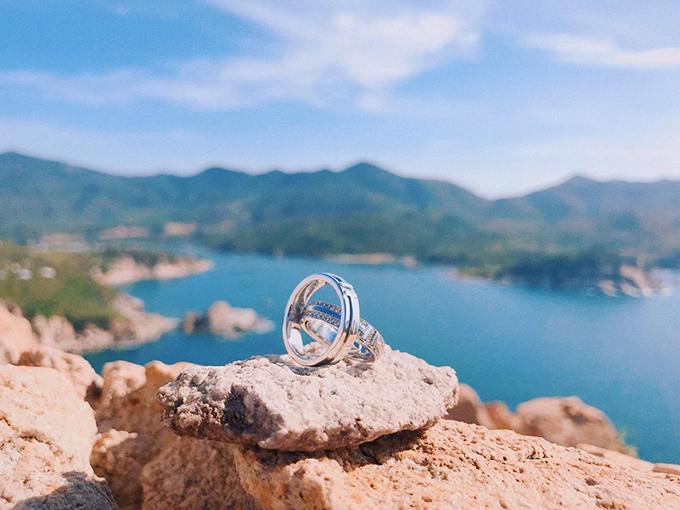 Hôm 12/5, Đàm Thu Trang chia sẻ bức hình chụp nhẫn cưới và viết I saidYES (Em đồng ý). Cô và doanh nhân Cường Đô La tổ chức lễ đính hôn hồi tháng 1/2019 tại quê nhà Lạng Sơn.