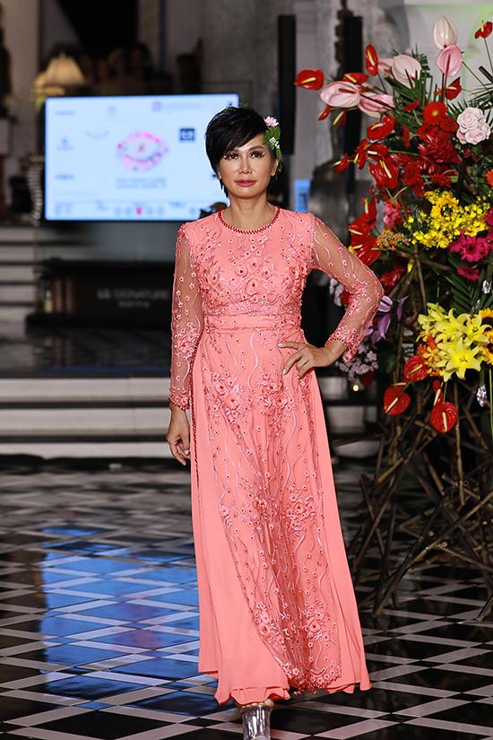 Diễn viên điện ảnh Kim Khánh cá tính với tóc tém. Chị gây bất ngờ khi xuất hiện trong chương trình kỷ niệm 19 năm theo đuổi sự nghiệp thiết kế thời trang của Văn Thành Công.