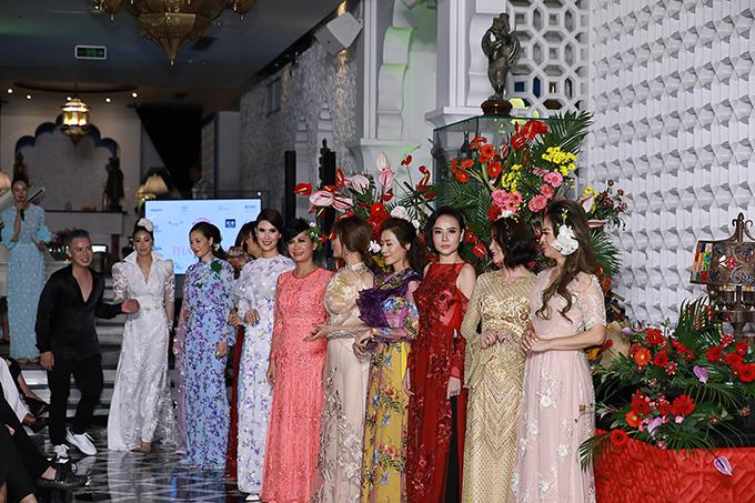 Văn Thành Công (áo đen) cùng dàn mẫu.