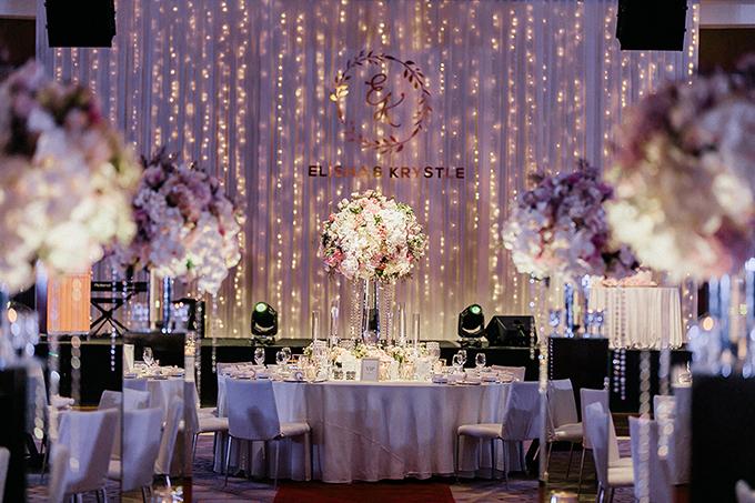 Bên trong sảnh tiệc được trang trí với hoa lụa. Sân khấu được thắp sáng với đèn dây và trang trí bởi tên hai vợ chồng.Chúng tôi nghĩ bạn nên tham khảo cách trang trí đám cưới trên Instagram, Pinterest và các blog về cưới hỏi để bớt bỡ ngỡ khi chuẩn bị kết hôn, cả hai bổ sung.
