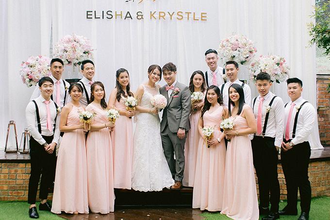 Để phối hợp với bảng màu tiệc cưới, dàn phù dâu, phù rể chọn trang phục có sắc hồng ở váy, cà vạt.