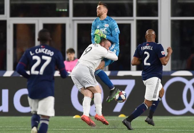 Rooney va chạm với thủ môn New England Revolution.