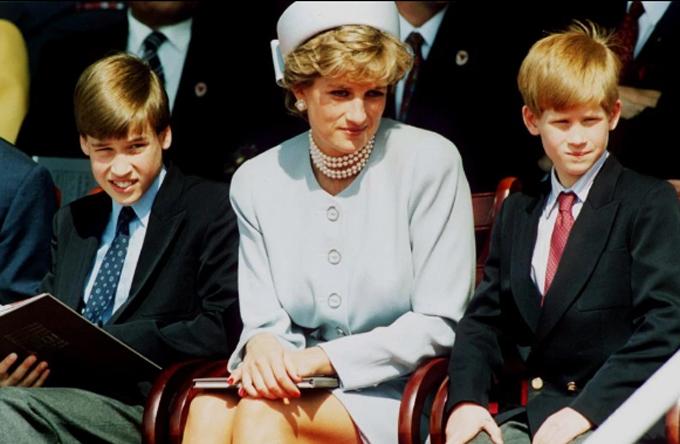 Diana và hai con trai, Hoàng tử William (trái), Hoàng tử Harry (phải). Ảnh: UK Press.
