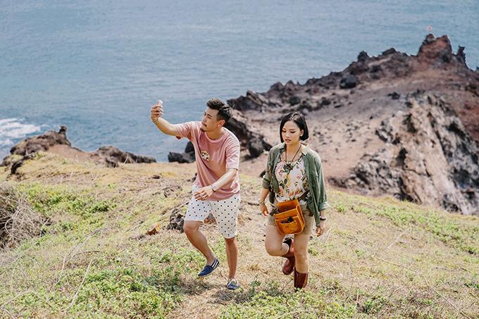 HuyMe và Miu Lê quay phim ngoài đảo.