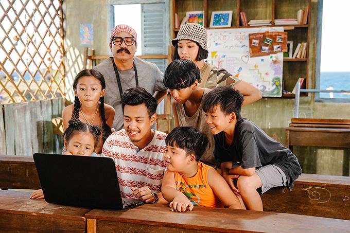 Đức Thịnh đeo kính, dán râu đóng chung với HuyMe, Miu Lê và các diễn viên nhí.