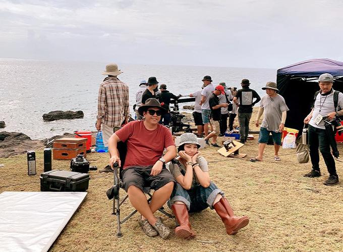 Đức Thịnh ngồi ghế đạo diễn, chụp hình cùng nữ chính Miu Lê ngoài đảo.