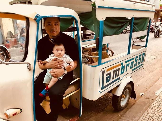Victor Vũ bế con trai ngồi trên xe lam kiểu cũ.