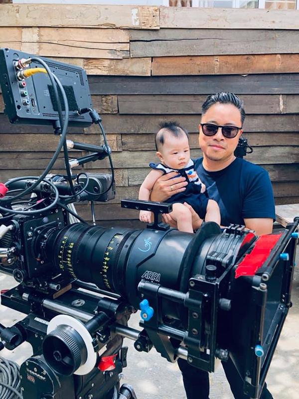 Em bé được bố Victor cho chụp hình cùng máy quay.