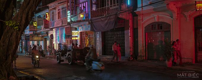 Một cảnh quay ngoài phố vào ban đêm.