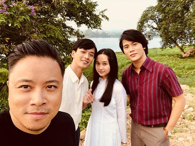 Victor Vũ chụp hình cùng ba diễn viên chính của phim.