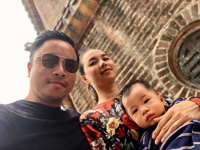 Victor Vũ cùng vợ con dạo chơi ở Huế.