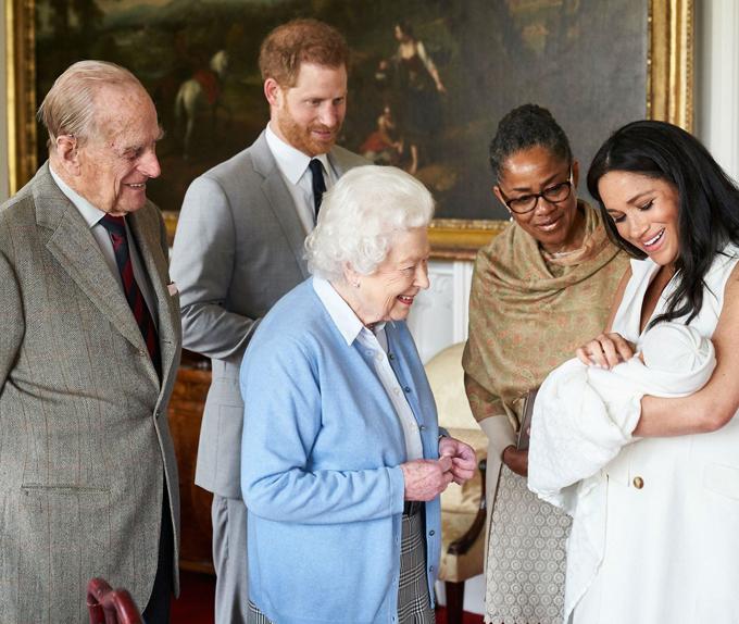 Meghan bế con trai Archie giới thiệu với vợ chồng Nữ hoàng Anh ở lâu đài Windsor hôm 8/5. Ảnh: Sussex Royal.