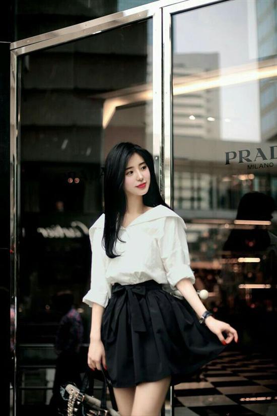 Công thức phối đồ đơn giản và dễ áp dụng nhất là mix sơ mi, áo blouse trắng đi cùng các kiểu chân váy đen. Set đồ không quá cầu kỳ nhưng luôn giúp người mặc có được sự thanh lịch và an toàn tuyệt đối trong việc phối màu.