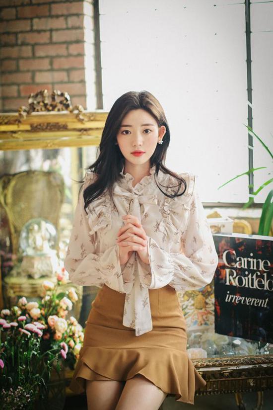 Bên cạnh việc sử dụng các mẫu váy áo đơn sắc, các nàng có thể chọn thêm các mẫu trang phục trắng được tô điểm hoạ tiết nhẹ nhàng.
