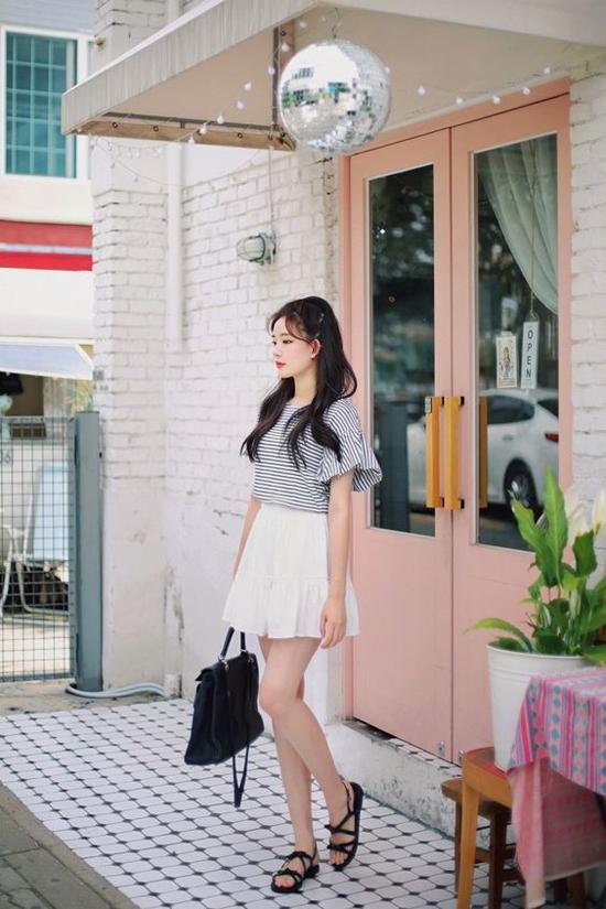 Chân váy trắng dáng ngắn, váy chữ A hay các kiểu váy tennis là vật dụng giúp đôi chân của người mặc thon dài hơn. Trang phục thường tạo nên mối liên kết chặt chẽ với mẫu váy này là các kiểu áo thun phom dáng trẻ trung.