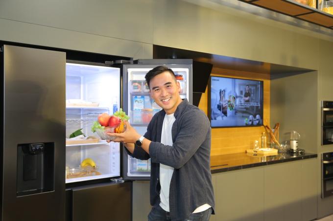 Phan Bá Đạt gọi Side by Side RS5000 là chiếc tủ lạnh lý tưởng để duy trì cơ thể khoẻ mạnh cùng vóc dáng gọn gàng.