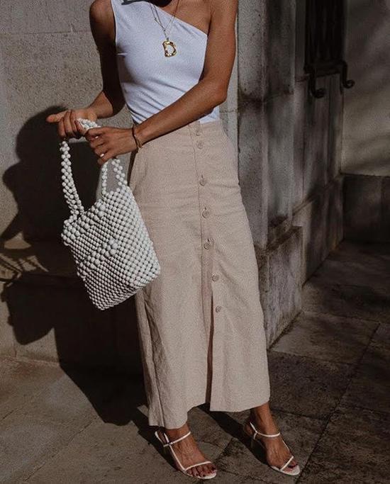 Mẫu phụ kiện đậm chất bánh bèo được phối hợp hài hòa cùng các mẫu áo lệch vai, chân váy midi, váy xẻ, quần ống suông kiểu cách.
