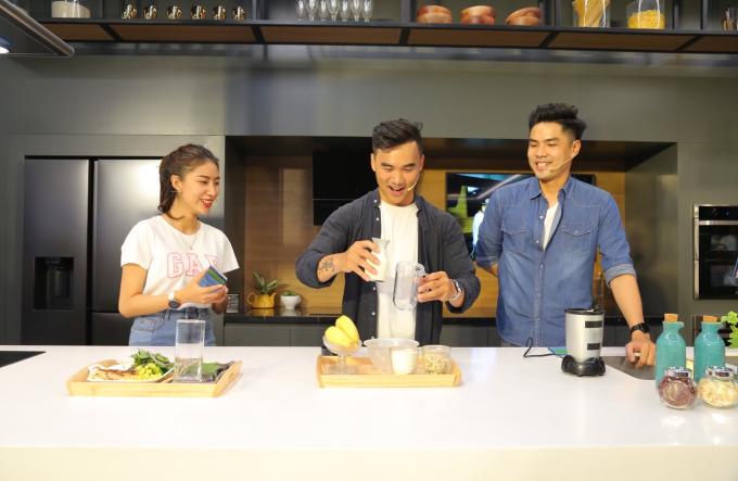 Phan Bá Đạt (giữa)trổ tài hướng dẫn mọi người thực hiện salad ức gà và sinh tố dinh dưỡng.