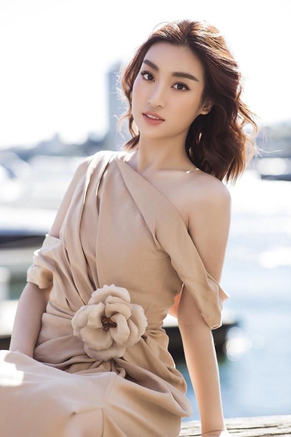 Đỗ Mỹ Linh tôn nét gợi cảm với thiết kế lệch vai. Mỹ nhân gốc Hà Nội lọt top 40, giành danh hiệu Hoa hậu Nhân ái tại Miss World 2017 và làm giám khảo cuộc thi Hoa hậu Việt Nam 2018.