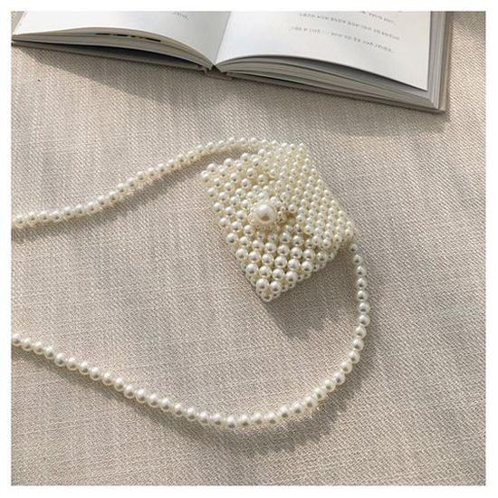 Túi mini bé xinh cũng được kết hạt công phu để mang tới kiểu phụ kiện sang chảnh, tô điểm cho set đồ của phái đẹp.