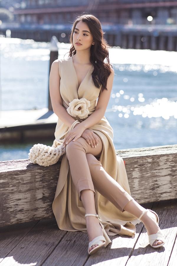 Tiểu Vy khoe vóc dáng và nhan sắc rạng rỡ trước ống kính. Sau đăng quang hai tháng, người đẹp sinh năm 2000 lên đường dự thi Miss World 2018. Tiểu Vy thể hiện tự tin, lọt top 5 Hoa hậu Nhân ái và top 30 chung cuộc.