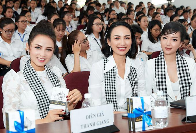 Buổi giao lưu với sinh viên Học viện Hàng Không còn có MC Thanh Giang (ngoài cùng bên trái) và diễn viên Băng Di (ngoài cùng bên phải).
