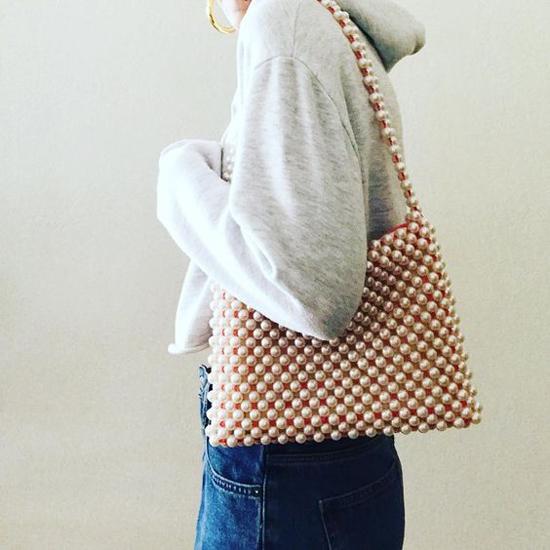 Tiếp nối cơn sốt túi kết cườm, kết hạt ở mùa mốt năm ngoái, dòng túi hạt ngọc trai là sản phẩm được các tín đồ thời trang thế giới yêu thích ở mùa thời trang năm nay.