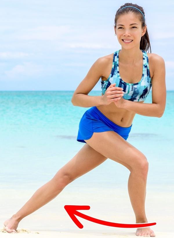 Squat bước chéo Một biến thể của squat là động tác bước chéo. Thay vì đứng một chỗ, bước chân trái vắt qua bên phải rồi hạ thấp trọng tâm. Trở về tư thế ban đầu, lặp lại động tác 20 lần mỗi bên.