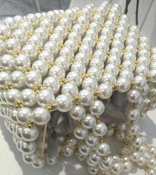 Hạt ngọc trai trắng được dùng để mang tới các mẫu kết hạt kiểu dáng xinh xắn và dễ mix đồ street style và trang phục công sở.