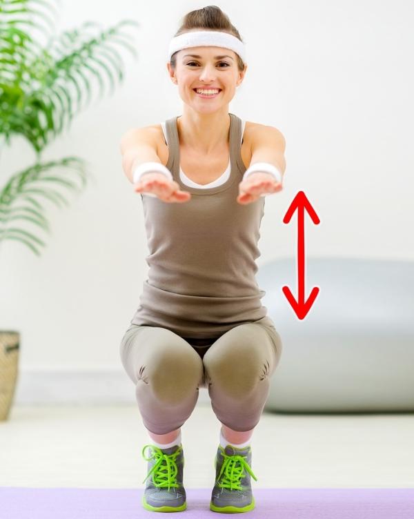 Squat ngồi xổm Đây là động tác squat nâng cao. Hạ thấp trọng tâm xuống tư thế ngồi xổm, ngón chân hơi kiễng để dễ lấy đà khi đứng lên. Giữ thẳng hai tay phía trước để tập trung sử dụng toàn bộ cơ lưng, bụng, mông và đùi. Lặp lại động tác 20 lần.