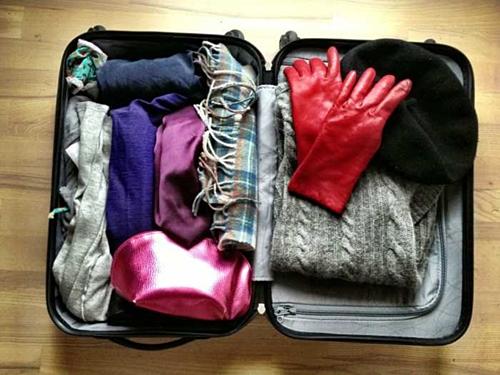 Cuối cùng, quần áo mùa đông chính là thứ dễ khiến bạn đau đầu khi thu dọn hành lý nhất. Để tiết kiệm không gian, gợi ý dành cho bạn làsử dụng túi chân không đối với các loại áo măng tô dày. Tuy nhiên cũng nên hạn chế mang các loại áo khoác dày, thay vào đó là áo lông vũ nhẹ nhàng, dễ xếp lại có thể giữ ấm tốt. Bên cạnh đó, nếu bạn bị quá kí ở sân bay thì có thể mặc chúng lên người