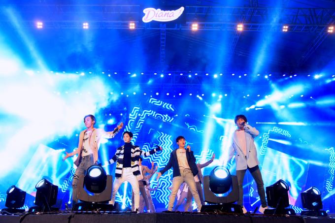 Trước đó, các chàng trai đến từ Monstar có phần mở màn đầy sôi động với loạt ca khúc nổi tiếng: Badadu, Baby Baby.