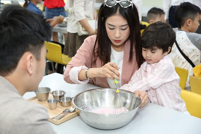Con trai Trang Lou cho bò uống sữa ở Hàn Quốc - 5