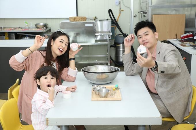Con trai Trang Lou cho bò uống sữa ở Hàn Quốc - 6