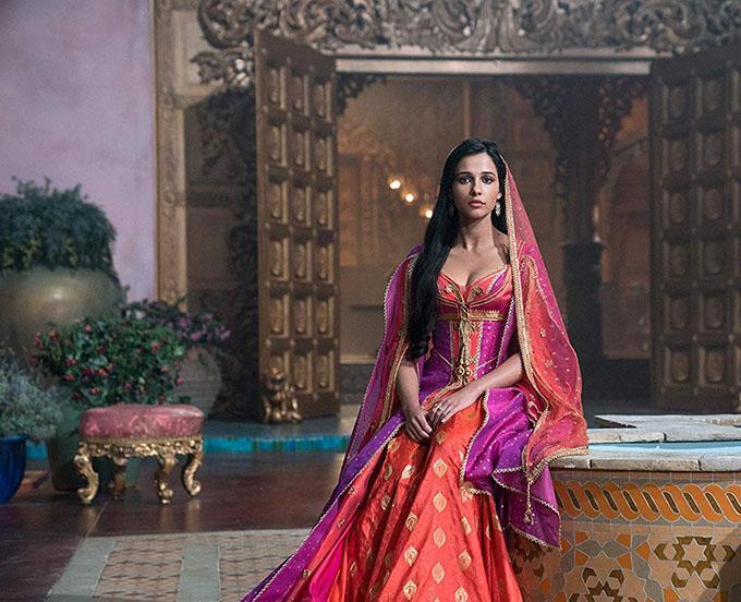 Qua sự hóa thân của nữ diễn viên 26 tuổi, công chúa xứ Agrabah trong truyện cổ Nghìn lẻ một đêm hiện lên với vẻ trí tuệ, xinh đẹp, tràn đầy năng lượng, mạnh mẽ nhưng vẫn mềm mại. Hình tượng này cũng lan tỏa thông điệp nữ quyền theo xu hướng đang thịnh hành của Hollywood, nhưng theo cách tinh tế, không khiên cưỡng.